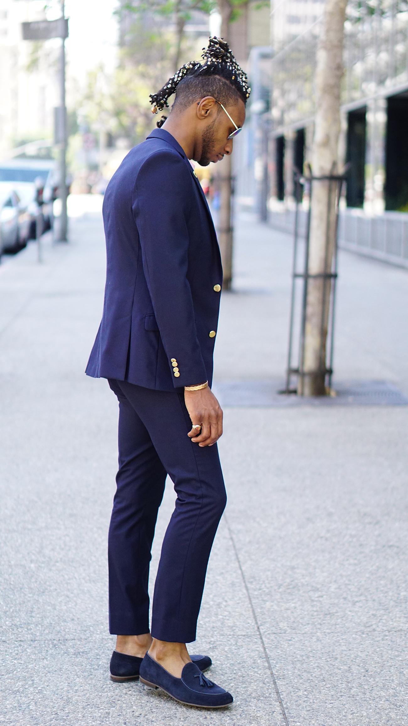Suit with t shirt kamos t shirt for Navy suit black shirt